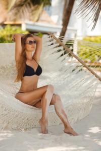 Frau im Bikini auf Hängematte